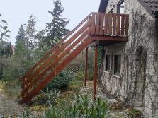 Holzbalkon mit Treppe zum Garten