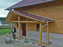 Vordach an Holzhaus