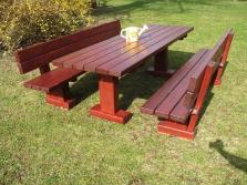 Rote Sitzgarnitur mit massiven Tisch und Bänken
