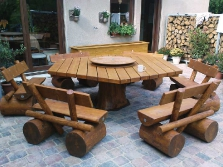 Secheckiger Tisch und Bänke mit Baumstammfüßen